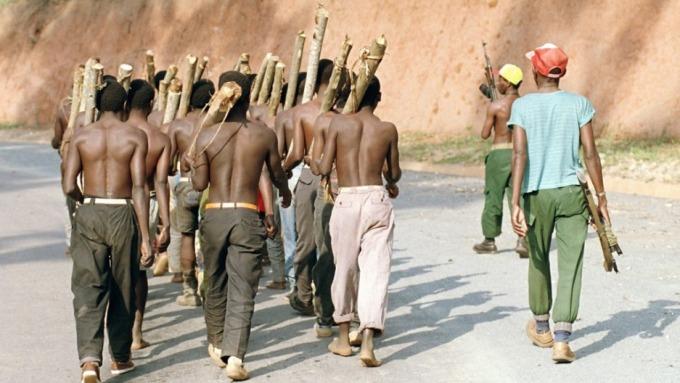Niños y jóvenes reclutados por los Hutu