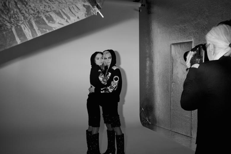 Karl Lagerfeld fotografiando a Cara Delevingne